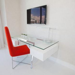 マイアミの中サイズのコンテンポラリースタイルのおしゃれな書斎 (白い壁、磁器タイルの床、暖炉なし、自立型机、白い床) の写真