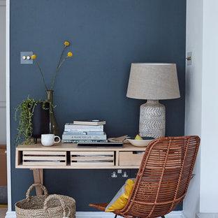 ロンドンのコンテンポラリースタイルのおしゃれなホームオフィス・仕事部屋 (青い壁、造り付け机) の写真