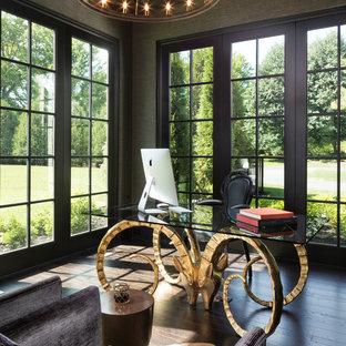 Mediterranes Arbeitszimmer mit Arbeitsplatz, dunklem Holzboden, freistehendem Schreibtisch und braunem Boden in Minneapolis