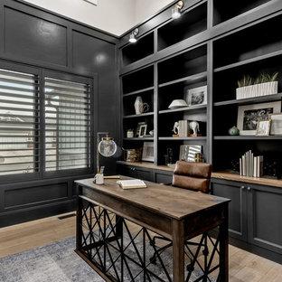 ソルトレイクシティの大きいトランジショナルスタイルのおしゃれなホームオフィス・仕事部屋 (ライブラリー、グレーの壁、淡色無垢フローリング、造り付け机、ベージュの床) の写真