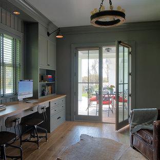 ミネアポリスのカントリー風おしゃれな書斎 (緑の壁、淡色無垢フローリング、造り付け机、茶色い床) の写真