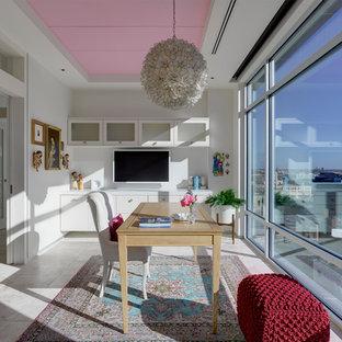 Esempio di uno studio design di medie dimensioni con pareti bianche, pavimento in travertino e scrivania autoportante