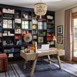 Idéer för ett eklektiskt arbetsrum, med gula väggar, mörkt trägolv och ett fristående skrivbord