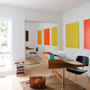 ロサンゼルスの中くらいのミッドセンチュリースタイルのおしゃれなホームオフィス・書斎 (白い壁、淡色無垢フローリング、自立型机、暖炉なし、茶色い床) の写真