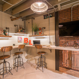 Foto på ett mellanstort industriellt hemmabibliotek, med ett inbyggt skrivbord, beige väggar, klinkergolv i keramik och beiget golv
