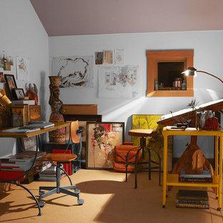 ダラスの小さいインダストリアルスタイルのおしゃれなアトリエ・スタジオ (白い壁、カーペット敷き、暖炉なし、自立型机) の写真