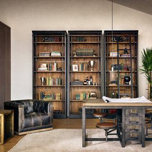 Свежая идея для дизайна: домашняя мастерская среднего размера в стиле лофт с белыми стенами и отдельно стоящим рабочим столом без камина - отличное фото интерьера
