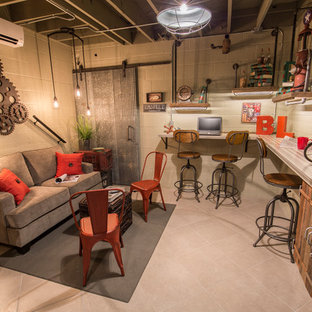 ナッシュビルの大きいインダストリアルスタイルのおしゃれな書斎 (ベージュの壁、暖炉なし、造り付け机、ベージュの床) の写真