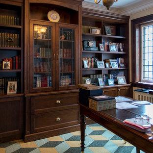 Inredning av ett klassiskt mellanstort arbetsrum, med ett bibliotek, gula väggar, linoleumgolv, ett fristående skrivbord och flerfärgat golv