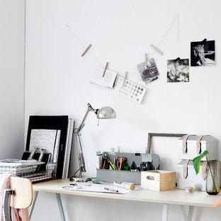 Idée de décoration pour un bureau atelier nordique avec un mur blanc, un bureau indépendant et aucune cheminée.