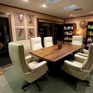 Großes Klassisches Arbeitszimmer mit brauner Wandfarbe, Teppichboden und grünem Boden in Austin
