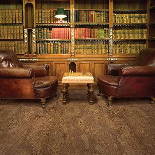 他の地域の広いトラディショナルスタイルのおしゃれなホームオフィス・書斎 (ライブラリー、コルクフローリング) の写真