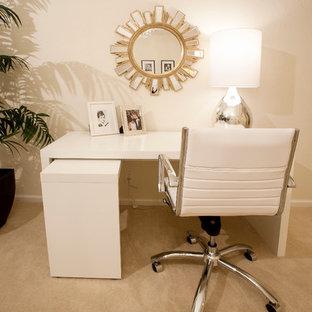 Imagen de despacho vintage, pequeño, sin chimenea, con paredes beige, moqueta, escritorio independiente y suelo beige