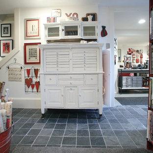 Idee per un ampio atelier industriale con pareti bianche, pavimento in cemento, nessun camino e scrivania autoportante