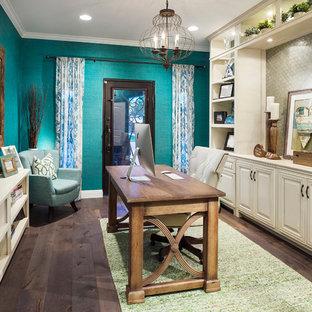 Immagine di un ufficio tradizionale di medie dimensioni con pareti blu, parquet scuro, nessun camino, scrivania autoportante e pavimento marrone