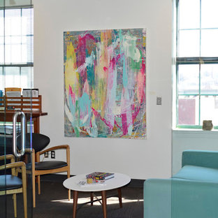 Idee per uno studio minimal di medie dimensioni con pareti bianche, moquette, scrivania autoportante e pavimento grigio