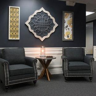 Idee per uno studio classico di medie dimensioni con pareti grigie, moquette, nessun camino, scrivania incassata e pavimento grigio
