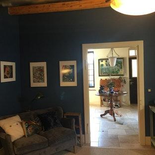 Immagine di un grande ufficio minimal con pareti blu, pavimento in pietra calcarea, scrivania incassata e pavimento beige