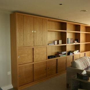 Cette image montre un bureau nordique de taille moyenne avec un mur gris, un sol en carrelage de céramique, une cheminée double-face, un manteau de cheminée en plâtre et un bureau indépendant.