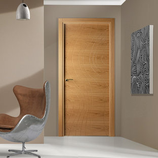 Imagen de estudio minimalista, pequeño, con paredes beige, suelo de linóleo y escritorio independiente