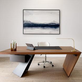 他の地域のモダンスタイルのおしゃれな書斎 (白い壁、淡色無垢フローリング、自立型机、ベージュの床) の写真