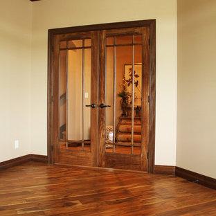 Неиссякаемый источник вдохновения для домашнего уюта: кабинет среднего размера в стиле кантри с бежевыми стенами и паркетным полом среднего тона