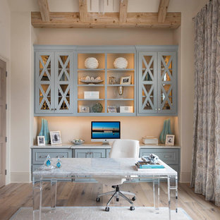 ダラスのビーチスタイルのおしゃれな書斎 (ベージュの壁、淡色無垢フローリング、自立型机、ベージュの床) の写真