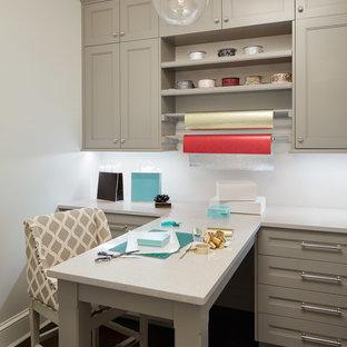 Immagine di una stanza da lavoro classica con parquet scuro e scrivania incassata