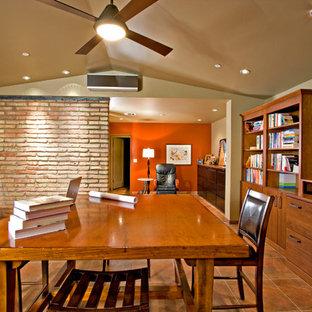 Immagine di un ampio ufficio chic con pareti beige, pavimento con piastrelle in ceramica, nessun camino e scrivania incassata