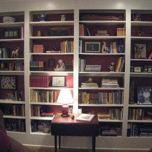 他の地域の中くらいのトラディショナルスタイルのおしゃれなホームオフィス・書斎 (ライブラリー、赤い壁) の写真