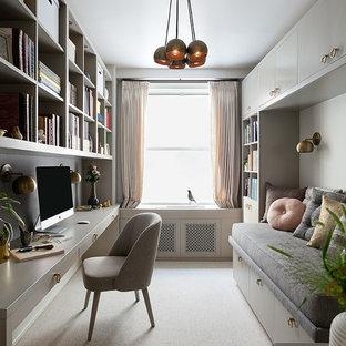 Idéer för att renovera ett litet funkis hemmabibliotek, med vita väggar, heltäckningsmatta och ett inbyggt skrivbord