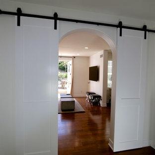 Ispirazione per un atelier contemporaneo di medie dimensioni con pareti bianche, parquet scuro, camino classico, scrivania autoportante e pavimento marrone