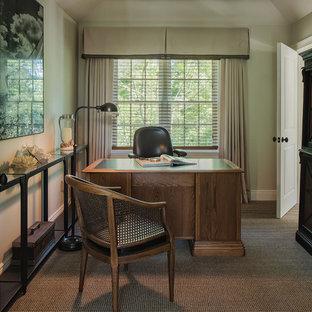 Ispirazione per un piccolo studio chic con libreria, pareti grigie, moquette, scrivania autoportante e pavimento multicolore