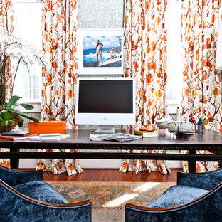 Cette image montre un bureau bohème avec un sol en bois brun et un bureau indépendant.