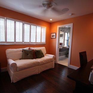 タンパの中くらいのアジアンスタイルのおしゃれな書斎 (オレンジの壁、濃色無垢フローリング、自立型机、茶色い床) の写真