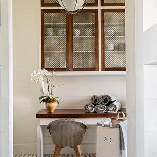 Esempio di uno studio stile marinaro di medie dimensioni con pareti bianche, pavimento con piastrelle in ceramica, nessun camino e scrivania incassata