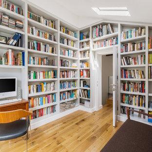 Inspiration för ett funkis arbetsrum, med ett bibliotek, mellanmörkt trägolv, ett fristående skrivbord och brunt golv