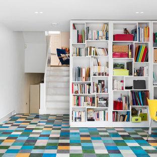 Ispirazione per un ufficio contemporaneo di medie dimensioni con pareti bianche, pavimento con piastrelle in ceramica, nessun camino e scrivania autoportante