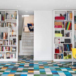 Idee per un ufficio contemporaneo di medie dimensioni con pareti bianche, pavimento con piastrelle in ceramica, nessun camino e scrivania autoportante