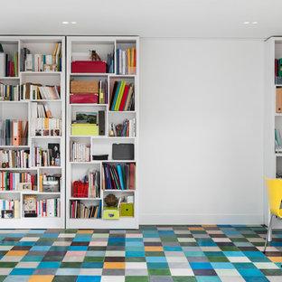 ロンドンの中サイズのコンテンポラリースタイルのおしゃれな書斎 (白い壁、セラミックタイルの床、暖炉なし、自立型机、マルチカラーの床) の写真
