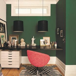 Bild på ett funkis arbetsrum, med gröna väggar