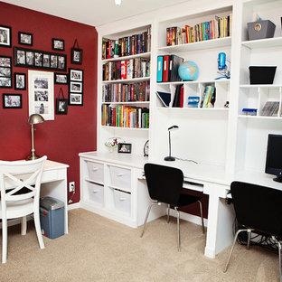 ローリーの中くらいのトランジショナルスタイルのおしゃれなホームオフィス・書斎 (赤い壁、造り付け机、カーペット敷き、暖炉なし、茶色い床) の写真