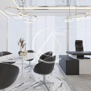 ロンドンのコンテンポラリースタイルのおしゃれなホームオフィス・書斎 (白い壁、大理石の床、自立型机、白い床) の写真