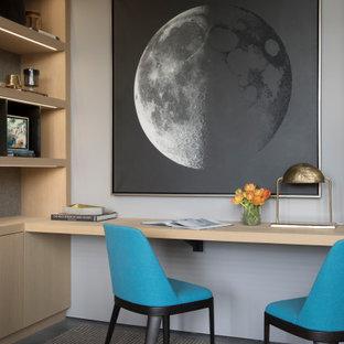 Diseño de despacho papel pintado, rural, papel pintado, con paredes grises, suelo de madera oscura, escritorio empotrado y papel pintado