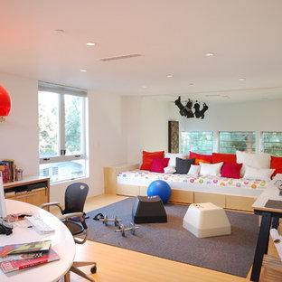 Esempio di uno studio design con pavimento in bambù e pareti bianche