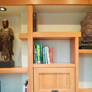 シカゴの小さいアジアンスタイルのおしゃれな書斎 (緑の壁、淡色無垢フローリング、暖炉なし、造り付け机) の写真
