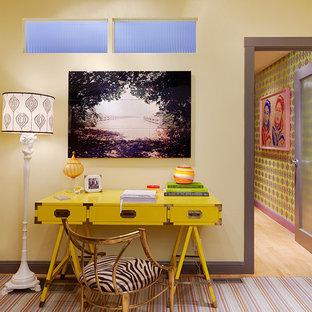 Foto de despacho ecléctico con paredes amarillas y escritorio independiente