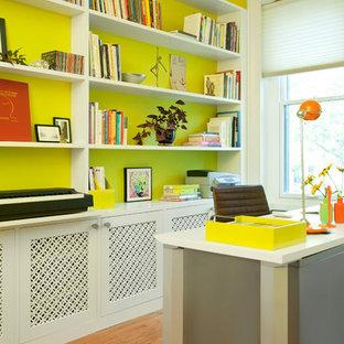 Esempio di un ufficio design di medie dimensioni con pareti gialle, parquet chiaro, nessun camino e scrivania autoportante
