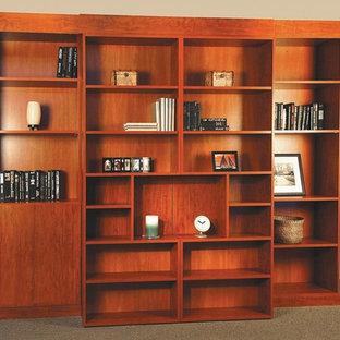 チャールストンの中サイズのトラディショナルスタイルのおしゃれな書斎 (ベージュの壁、カーペット敷き、暖炉なし、ベージュの床) の写真