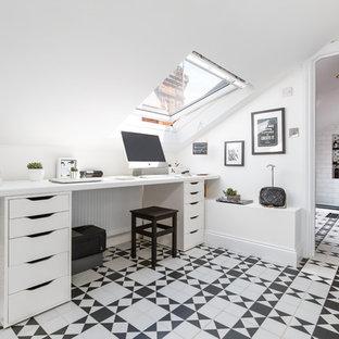 Réalisation d'un bureau nordique avec un mur blanc, aucune cheminée, un bureau intégré et un sol multicolore.